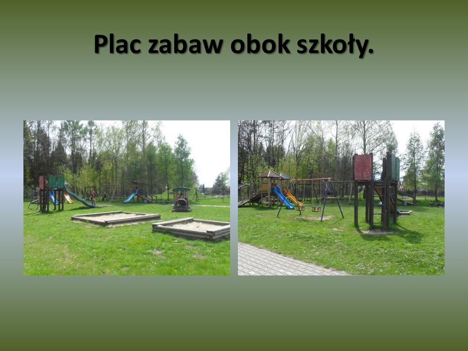 Plac zabaw obok szkoły.