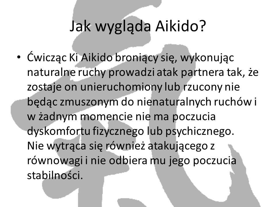 Jak wygląda Aikido? Ćwicząc Ki Aikido broniący się, wykonując naturalne ruchy prowadzi atak partnera tak, że zostaje on unieruchomiony lub rzucony nie