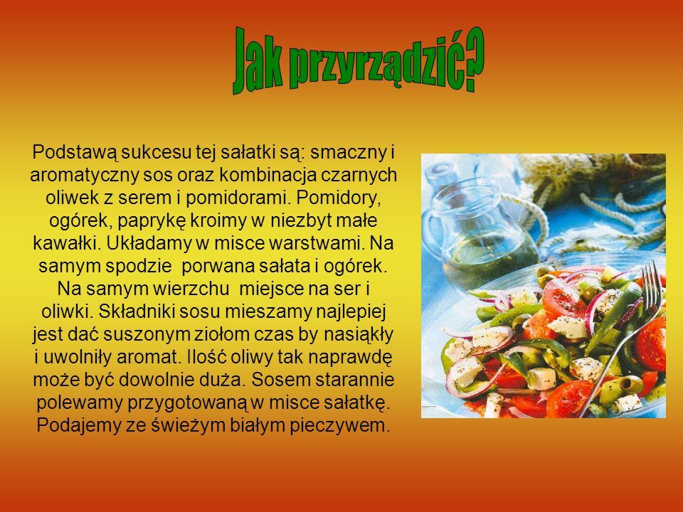 Podstawą sukcesu tej sałatki są: smaczny i aromatyczny sos oraz kombinacja czarnych oliwek z serem i pomidorami. Pomidory, ogórek, paprykę kroimy w ni