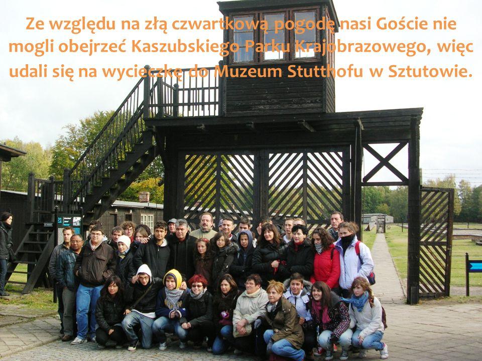 Ze względu na złą czwartkową pogodę nasi Goście nie mogli obejrzeć Kaszubskiego Parku Krajobrazowego, więc udali się na wycieczkę do Muzeum Stutthofu w Sztutowie.