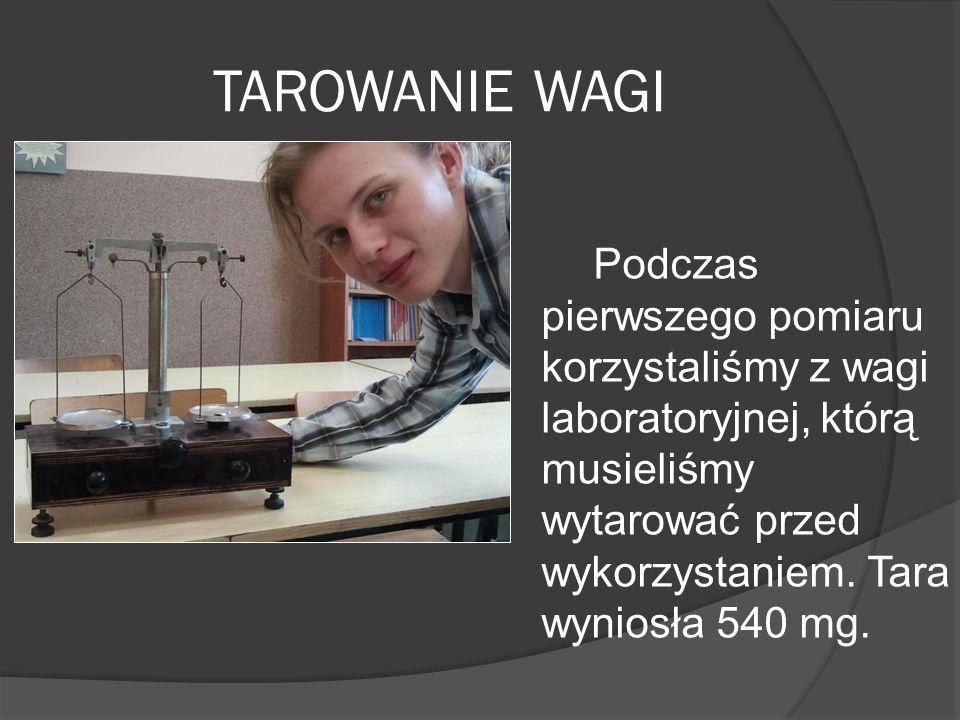 TAROWANIE WAGI Podczas pierwszego pomiaru korzystaliśmy z wagi laboratoryjnej, którą musieliśmy wytarować przed wykorzystaniem.