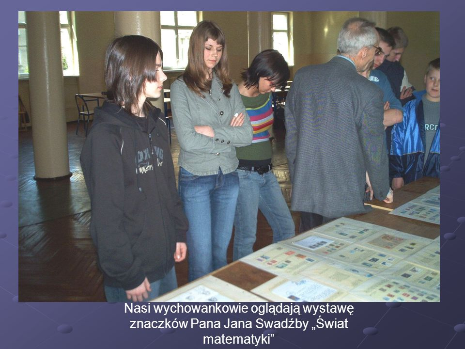 Nasi wychowankowie oglądają wystawę znaczków Pana Jana Swadźby Świat matematyki