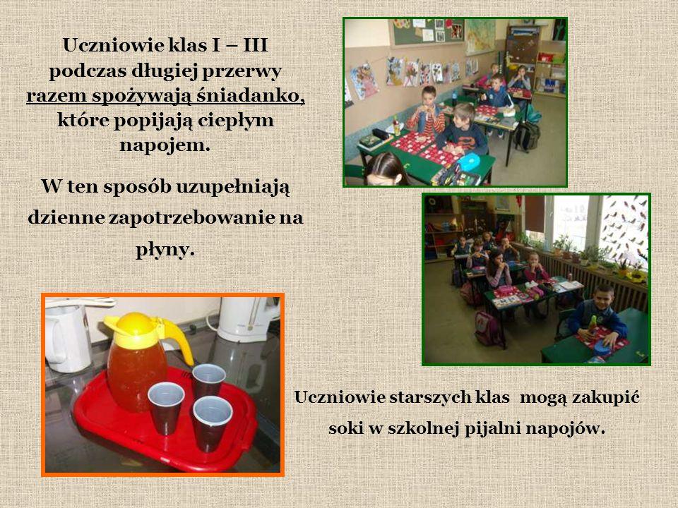 Uczniowie klas I – III podczas długiej przerwy razem spożywają śniadanko, które popijają ciepłym napojem.