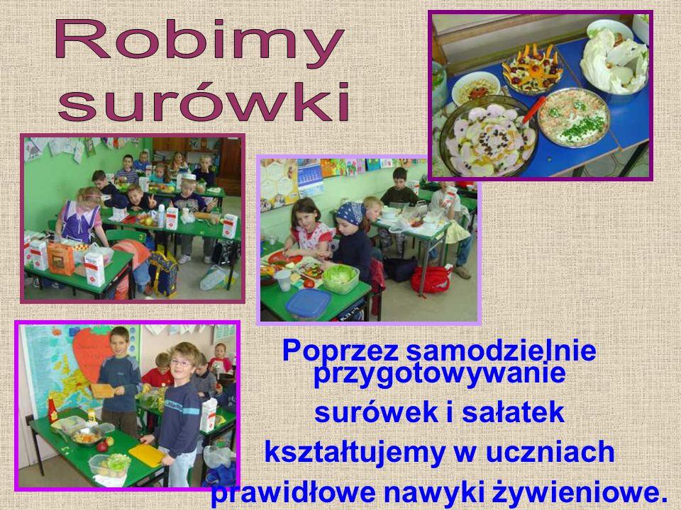 Poprzez samodzielnie przygotowywanie surówek i sałatek kształtujemy w uczniach prawidłowe nawyki żywieniowe.