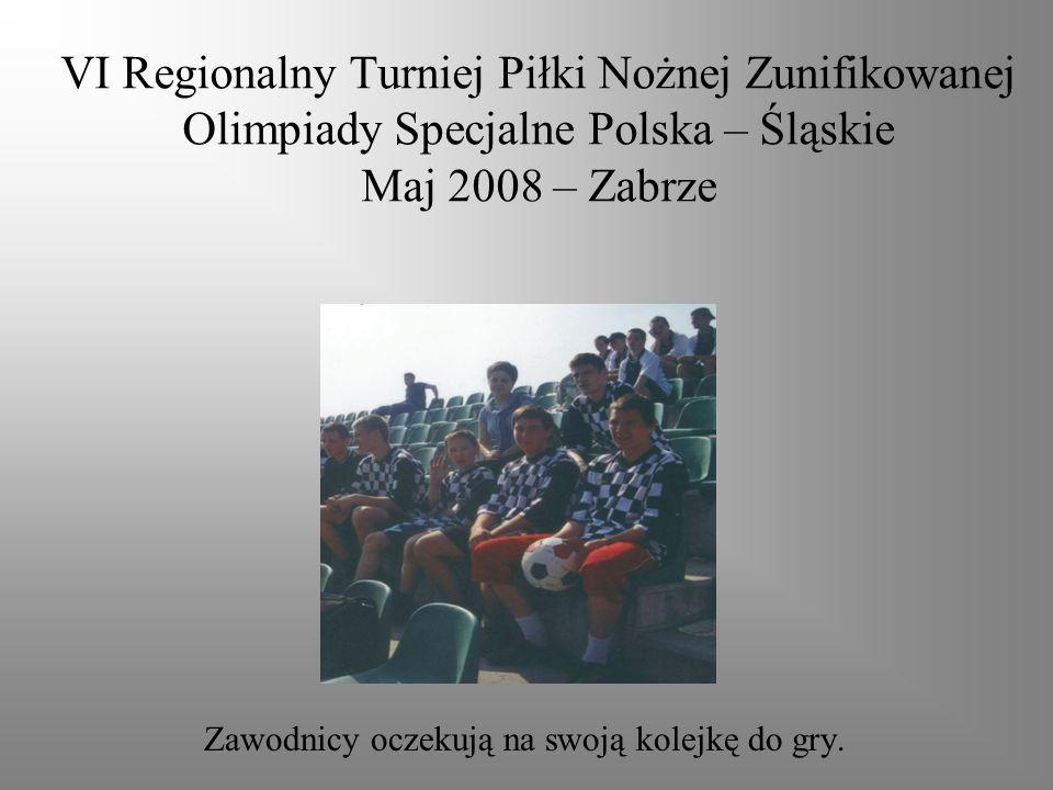 VI Regionalny Turniej Piłki Nożnej Zunifikowanej Olimpiady Specjalne Polska – Śląskie Maj 2008 – Zabrze Zawodnicy oczekują na swoją kolejkę do gry.