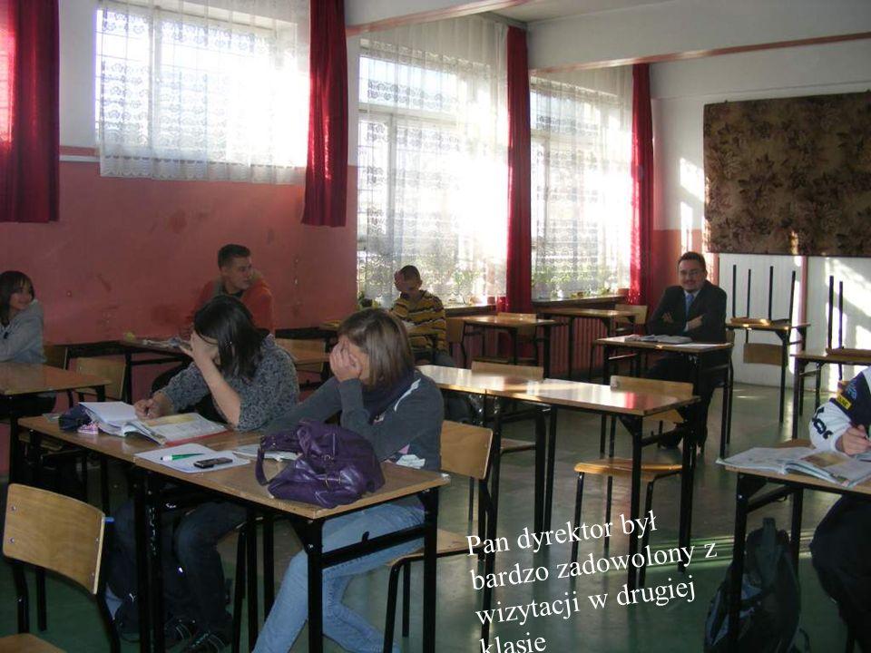 Pani gorączkowo pomaga uczniom zrozumieć perfekcyjnie temat