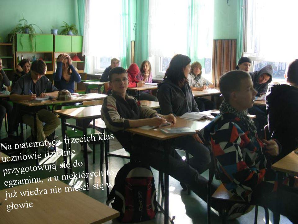 Na matematyce trzecich klas uczniowie dzielnie przygotowują się do egzaminu, a u niektórych to już wiedza nie mieści się w głowie