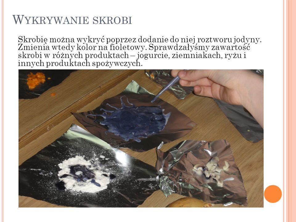 W YKRYWANIE SKROBI Skrobię można wykryć poprzez dodanie do niej roztworu jodyny.