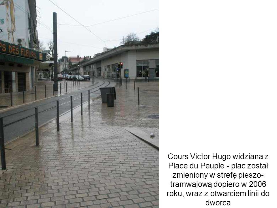 Cours Victor Hugo widziana z Place du Peuple - plac został zmieniony w strefę pieszo- tramwajową dopiero w 2006 roku, wraz z otwarciem linii do dworca
