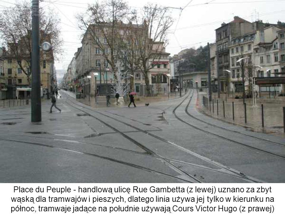 Place du Peuple - handlową ulicę Rue Gambetta (z lewej) uznano za zbyt wąską dla tramwajów i pieszych, dlatego linia używa jej tylko w kierunku na pół