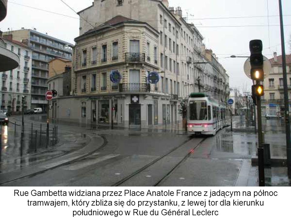 Rue Gambetta widziana przez Place Anatole France z jadącym na północ tramwajem, który zbliża się do przystanku, z lewej tor dla kierunku południowego