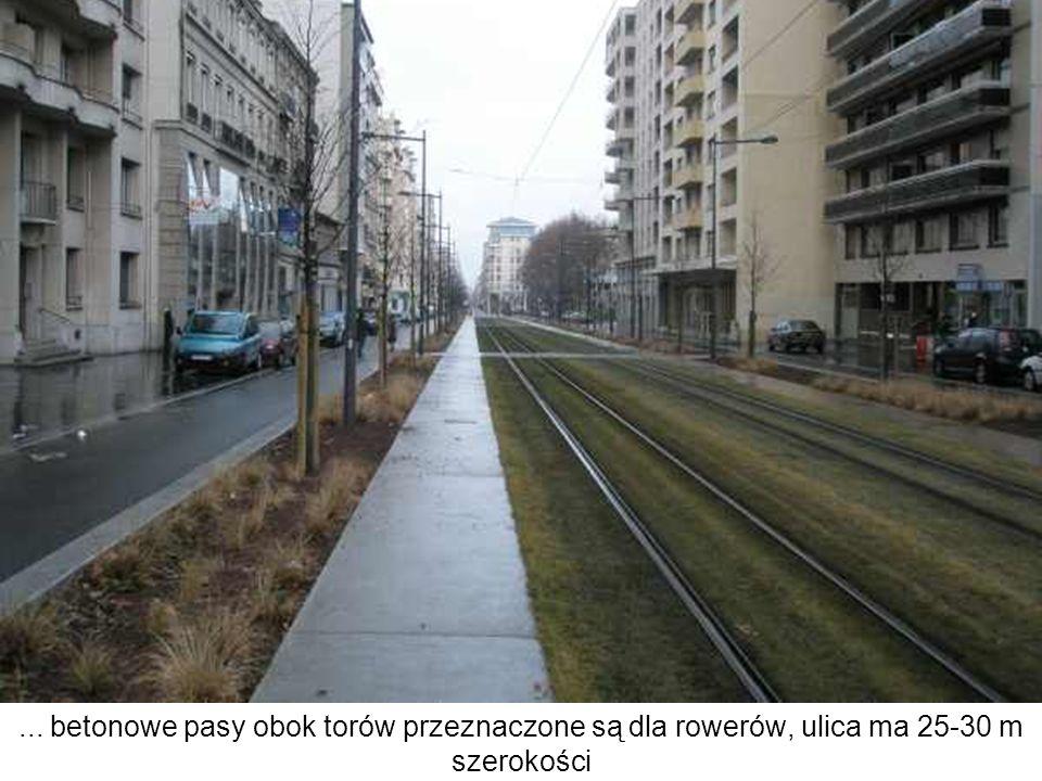 ... betonowe pasy obok torów przeznaczone są dla rowerów, ulica ma 25-30 m szerokości