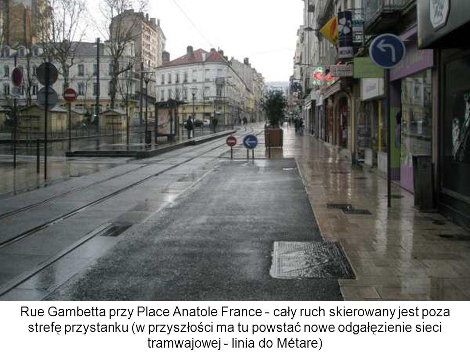 Rue Gambetta przy Place Anatole France - cały ruch skierowany jest poza strefę przystanku (w przyszłości ma tu powstać nowe odgałęzienie sieci tramwaj