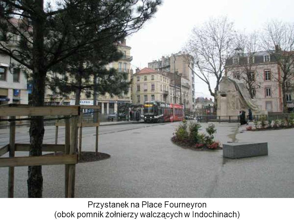 Przystanek na Place Fourneyron (obok pomnik żołnierzy walczących w Indochinach)