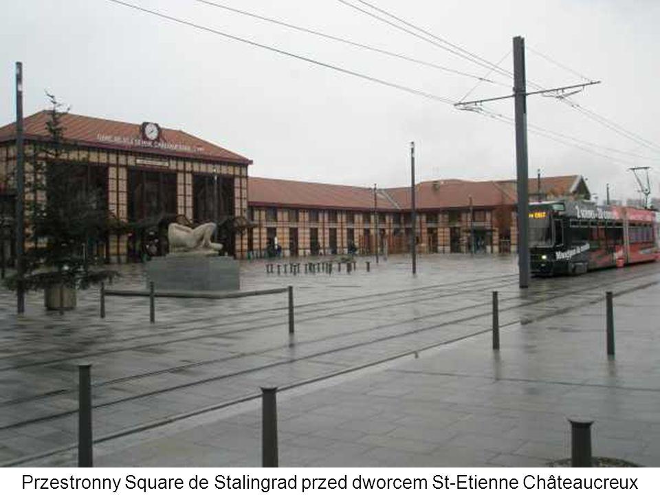 Przestronny Square de Stalingrad przed dworcem St-Etienne Châteaucreux