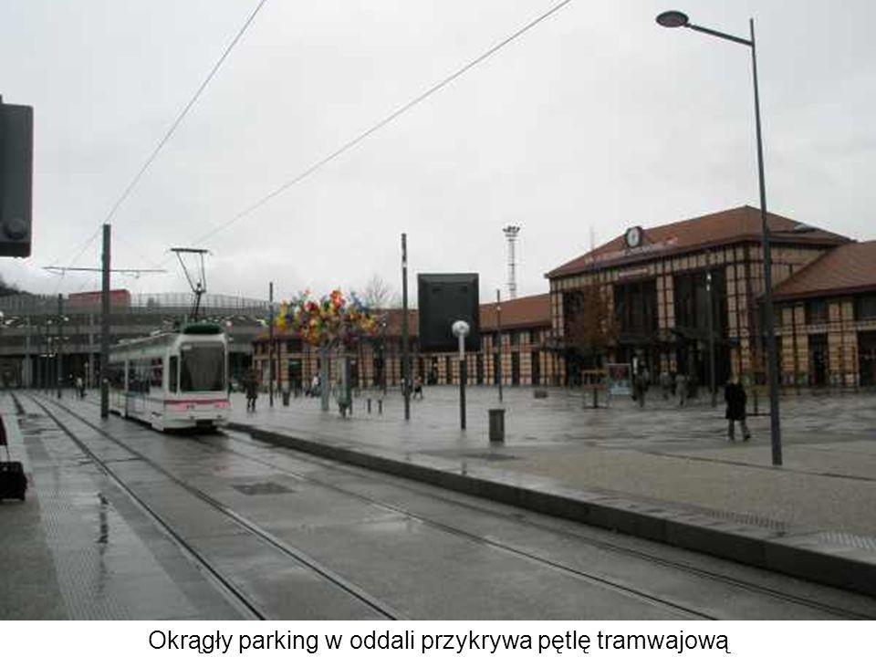 Okrągły parking w oddali przykrywa pętlę tramwajową