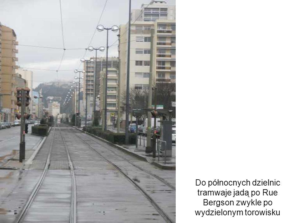 Do północnych dzielnic tramwaje jadą po Rue Bergson zwykle po wydzielonym torowisku