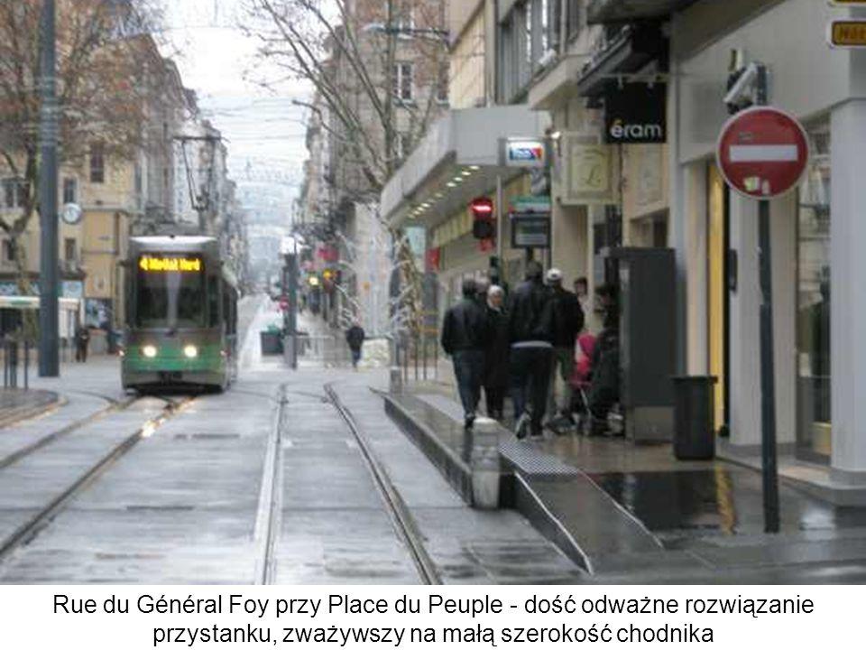 Rue du Général Foy przy Place du Peuple - dość odważne rozwiązanie przystanku, zważywszy na małą szerokość chodnika