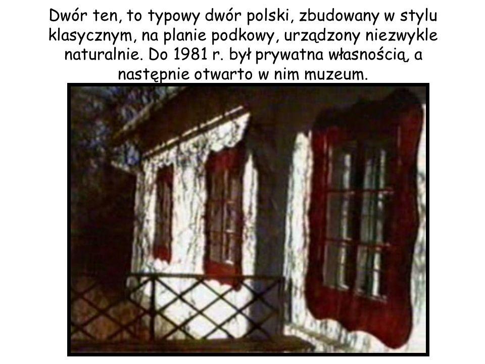 Dwór ten, to typowy dwór polski, zbudowany w stylu klasycznym, na planie podkowy, urządzony niezwykle naturalnie. Do 1981 r. był prywatna własnością,