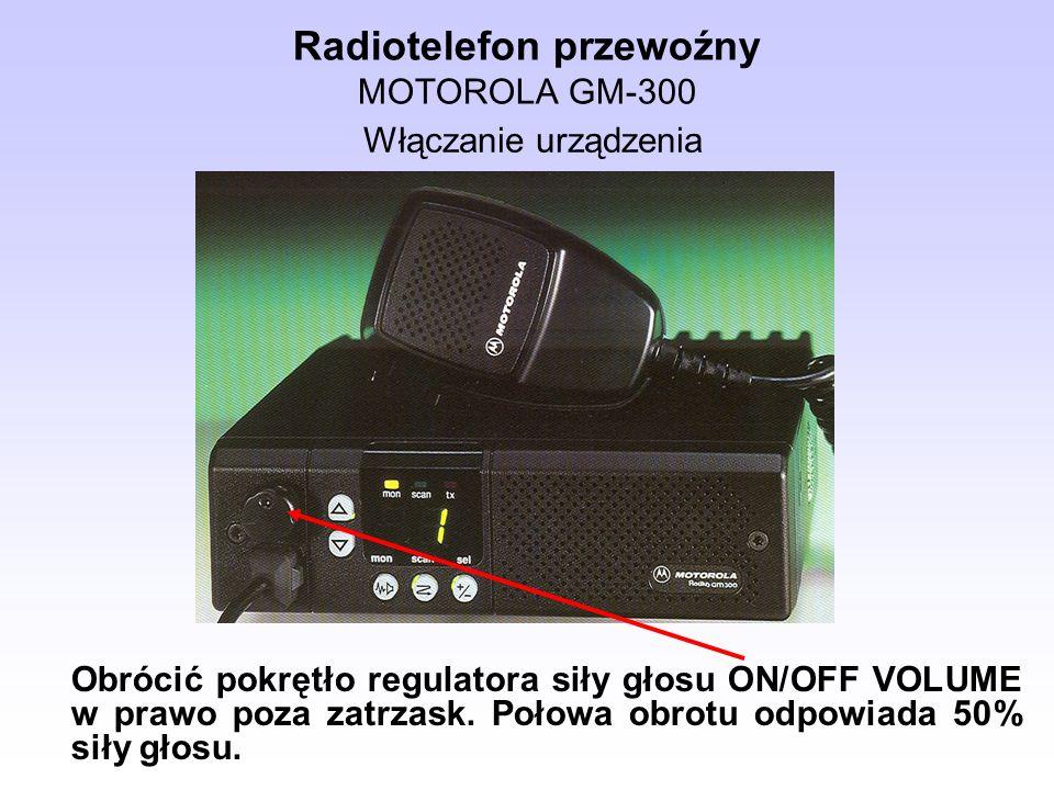 Radiotelefon przewoźny MOTOROLA GM-300 Obrócić pokrętło regulatora siły głosu ON/OFF VOLUME w prawo poza zatrzask. Połowa obrotu odpowiada 50% siły gł