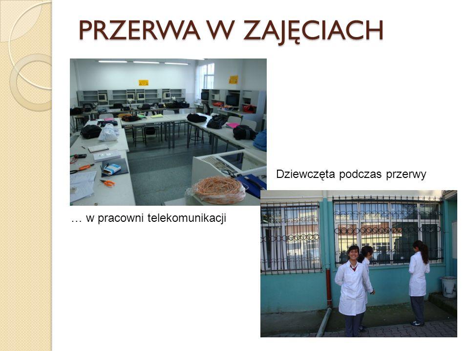 PRZERWA W ZAJĘCIACH … w pracowni telekomunikacji Dziewczęta podczas przerwy