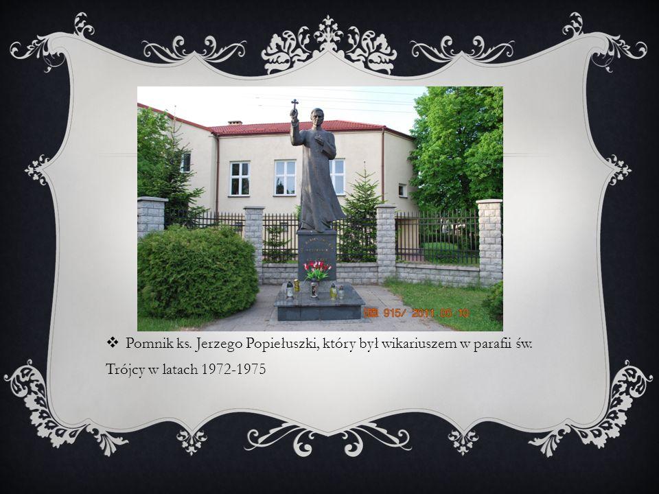 Pomnik ks. Jerzego Popiełuszki, który był wikariuszem w parafii św. Trójcy w latach 1972-1975