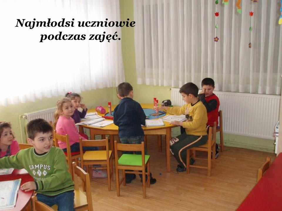 Najmłodsi uczniowie podczas zajęć.