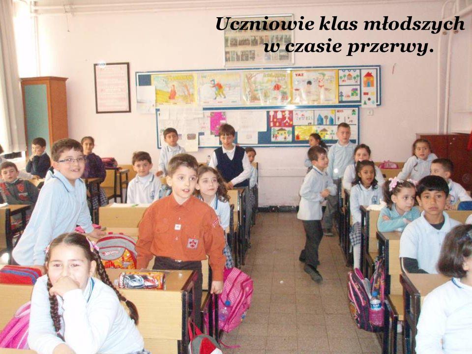 Uczniowie klas młodszych w czasie przerwy.
