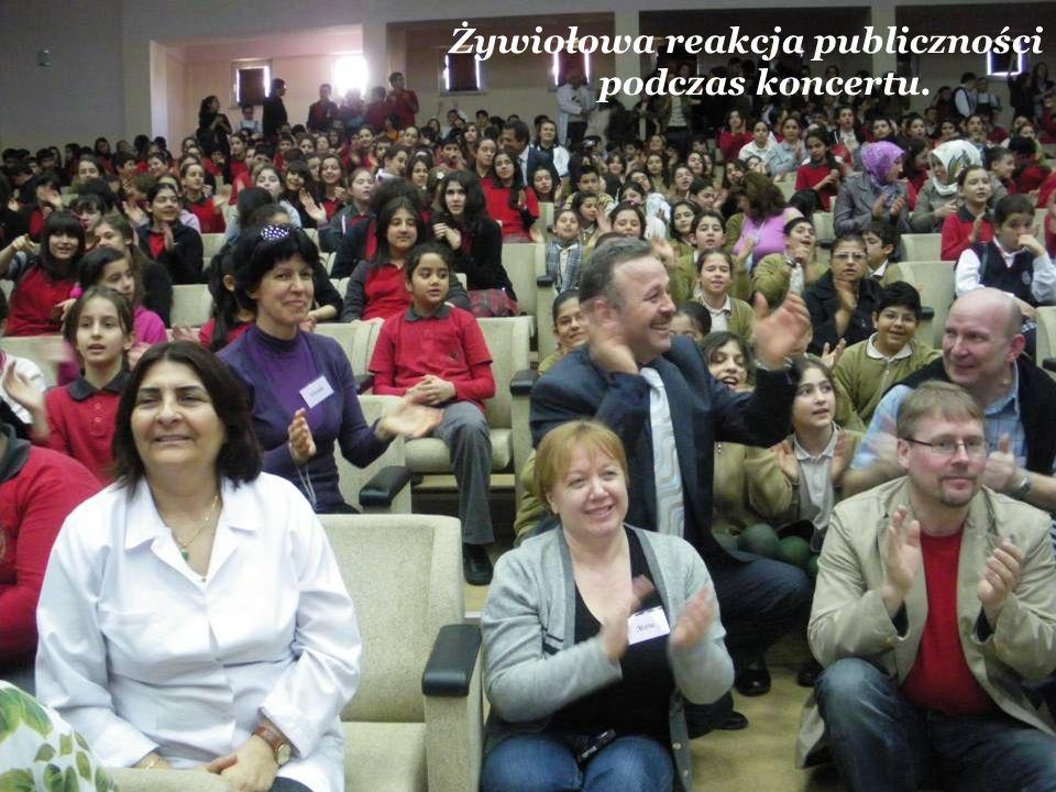 Żywiołowa reakcja publiczności podczas koncertu.