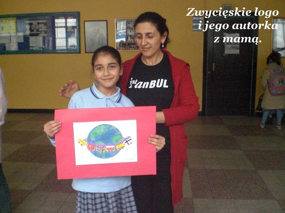Zwycięskie logo i jego autorka z mamą.