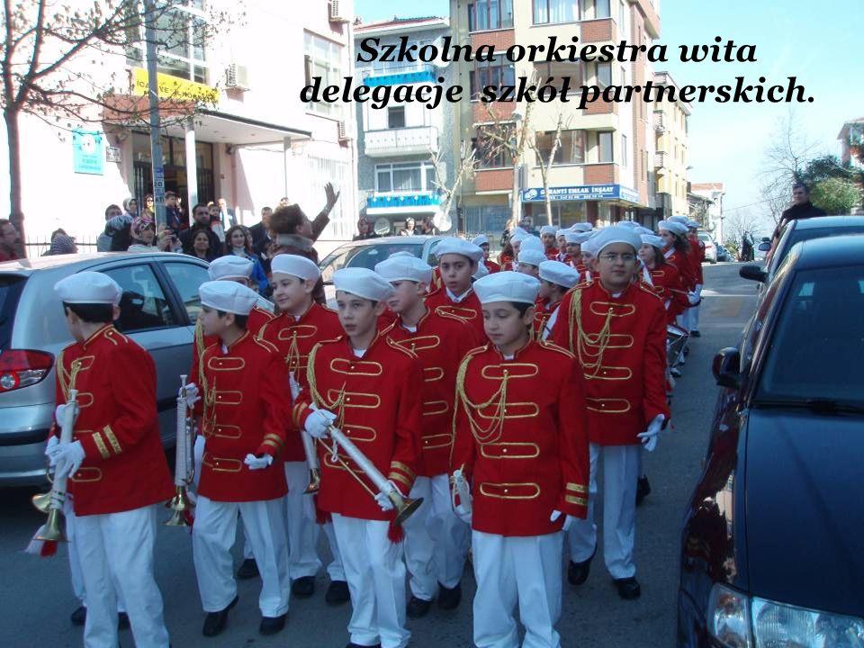 Szkolna orkiestra wita delegacje szkół partnerskich.