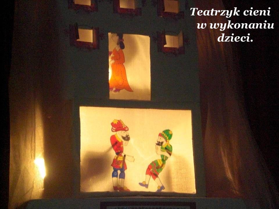 Teatrzyk cieni w wykonaniu dzieci.