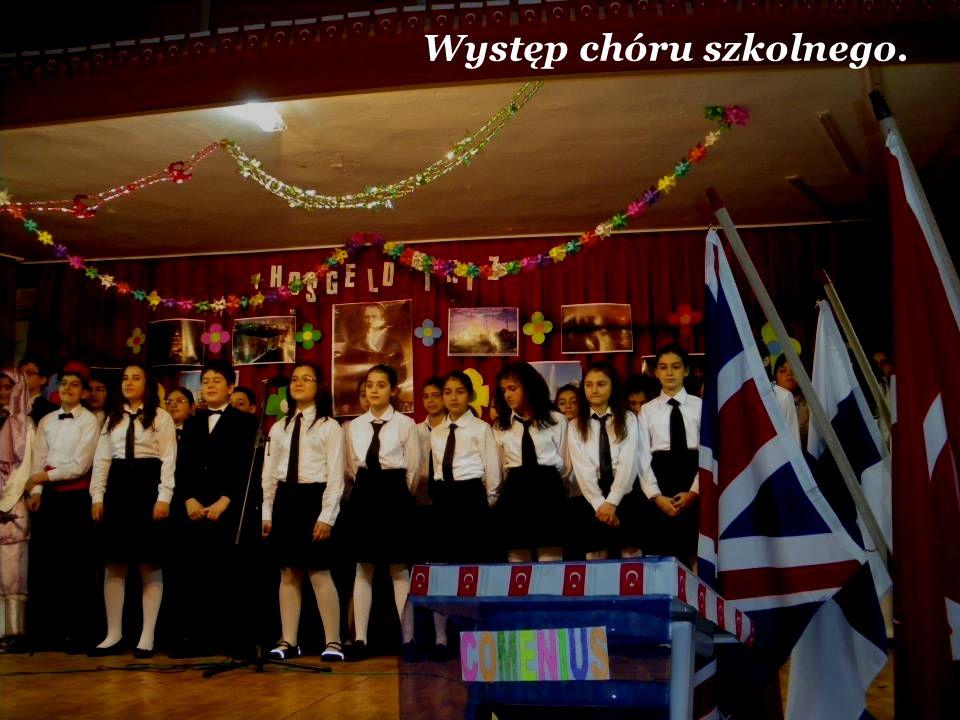 Występ chóru szkolnego.