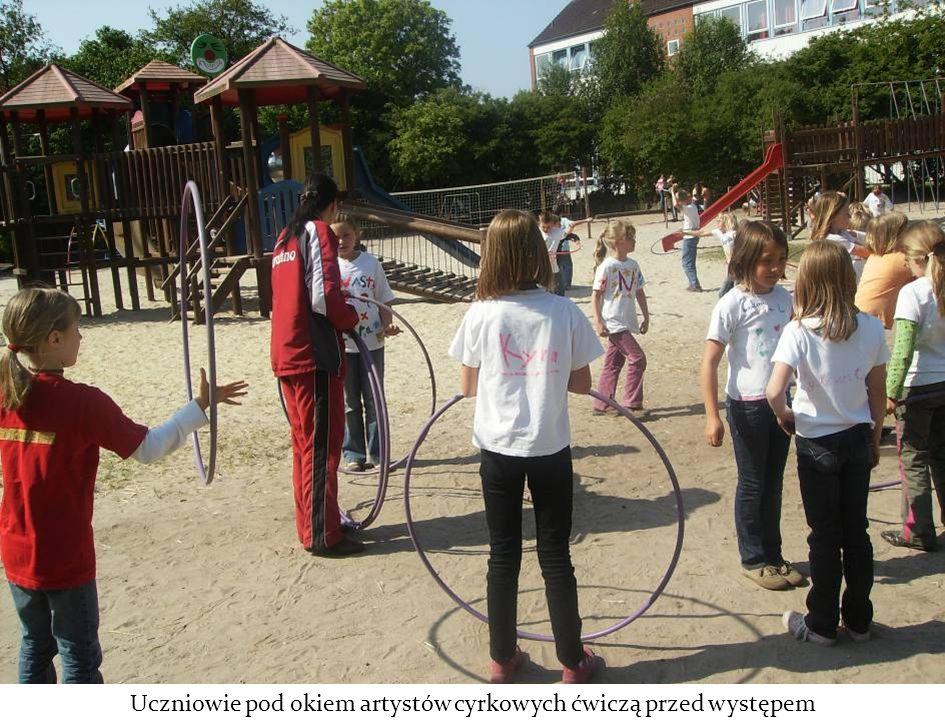 Uczniowie pod okiem artystów cyrkowych ćwiczą przed występem