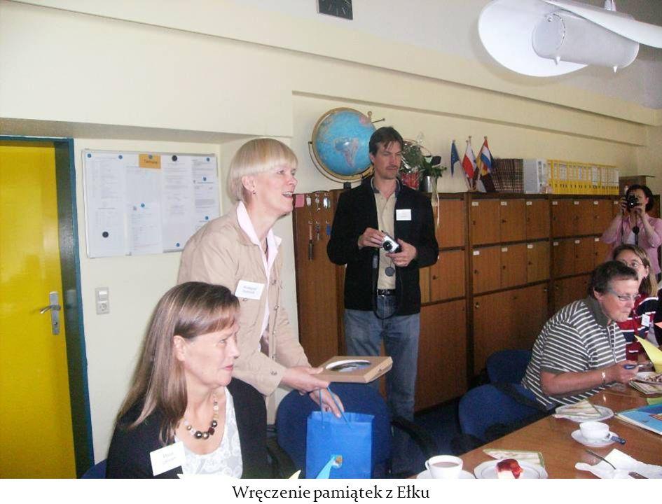 Uczniowie śpiewają kanon Panie Janie w językach niemieckim, polskim i fińskim