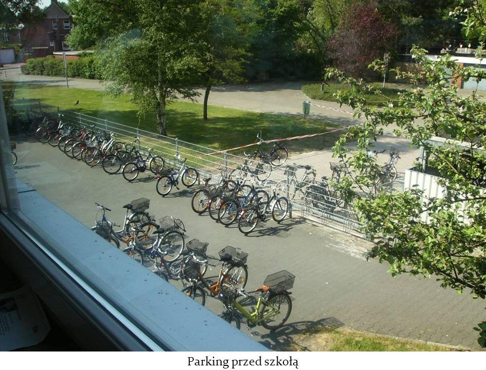 Parking przed szkołą