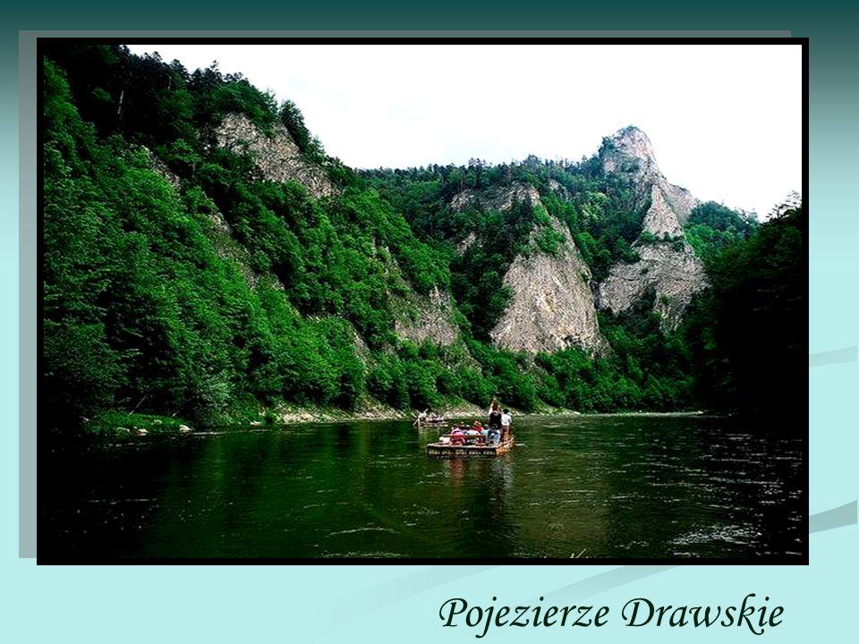 Pojezierze Drawskie wraz z położoną na północy Wysoczyzną Łobeską i leżącym na zachodzie Pojezierzem Ińskim tworzy centralną część Pojezierza Zachodniopomorskiego.