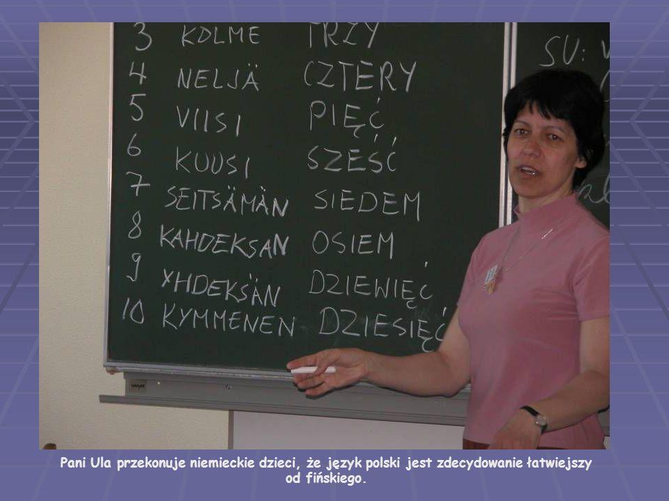 Pani Ula przekonuje niemieckie dzieci, że język polski jest zdecydowanie łatwiejszy od fińskiego.