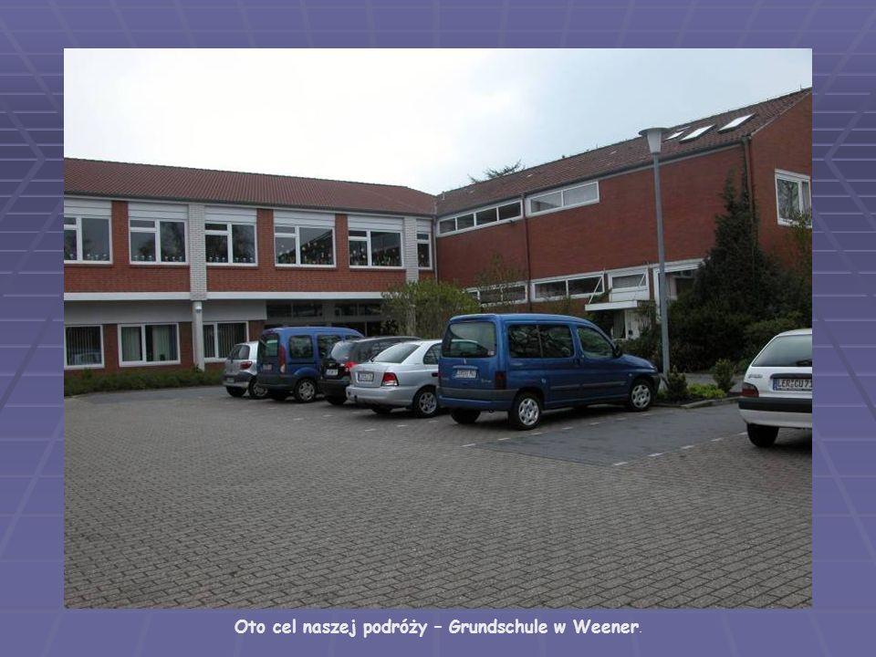 W holu głównym zaprzyjaźnionej szkoły przywitała nas gazetka poświęcone Szkole Podstawowej nr 7 w Ełku.