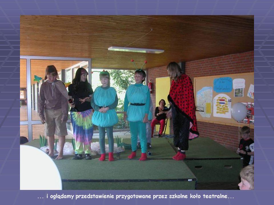 ... i oglądamy przedstawienie przygotowane przez szkolne koło teatralne...