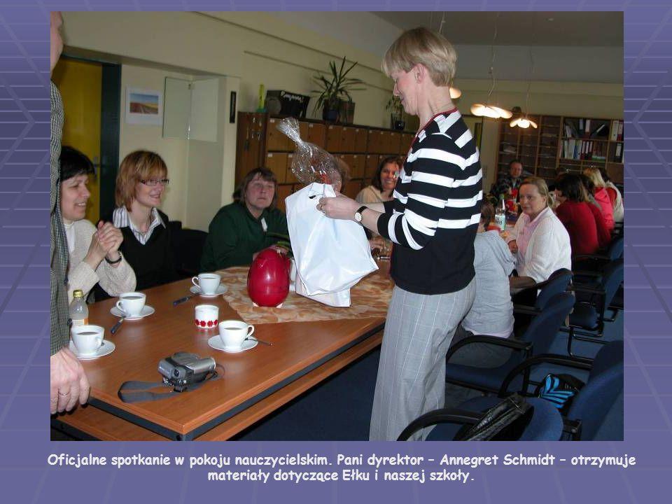 Oficjalne spotkanie w pokoju nauczycielskim. Pani dyrektor – Annegret Schmidt – otrzymuje materiały dotyczące Ełku i naszej szkoły.