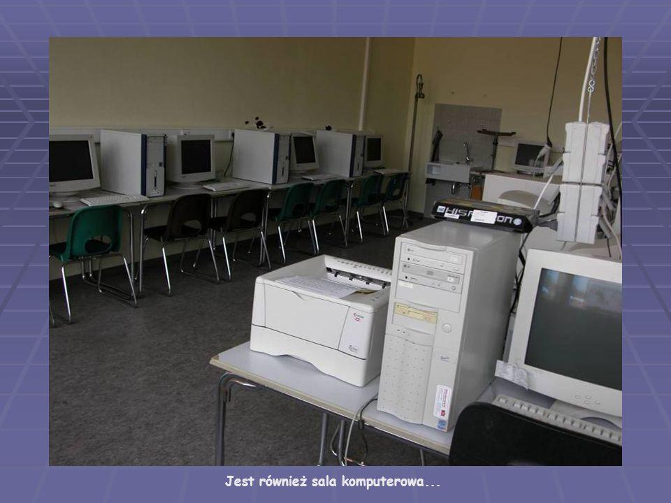Jest również sala komputerowa...