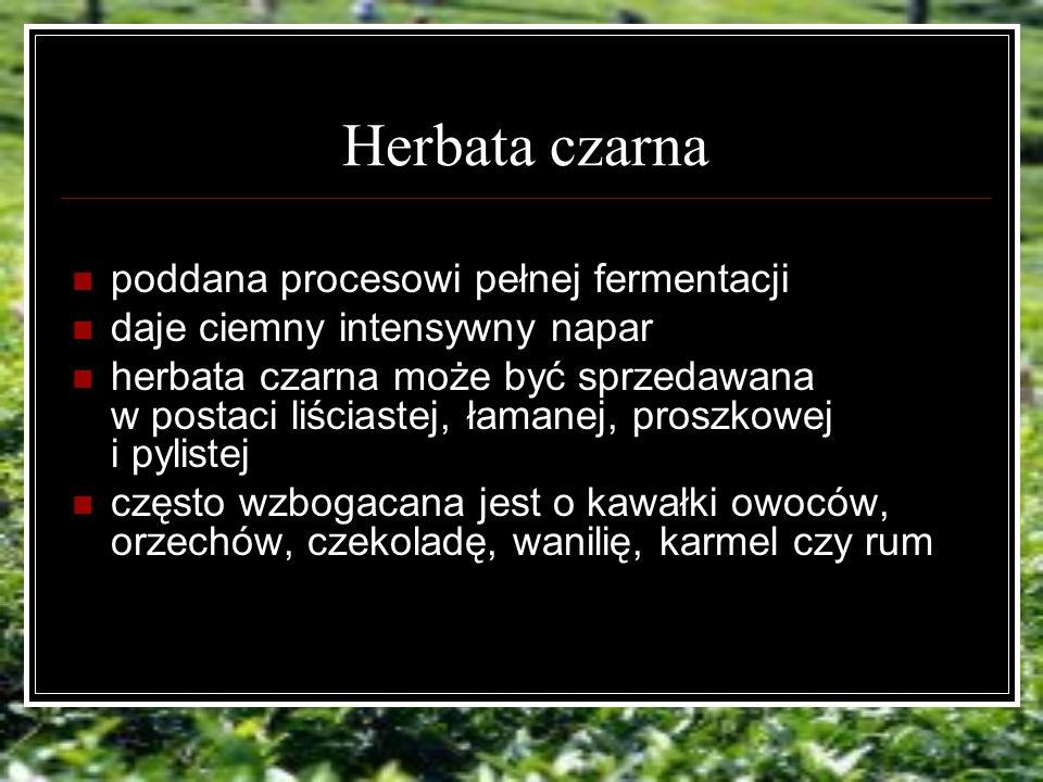 Herbata czarna poddana procesowi pełnej fermentacji daje ciemny intensywny napar herbata czarna może być sprzedawana w postaci liściastej, łamanej, proszkowej i pylistej często wzbogacana jest o kawałki owoców, orzechów, czekoladę, wanilię, karmel czy rum