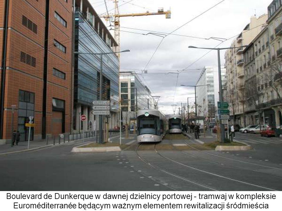 Boulevard de Dunkerque w dawnej dzielnicy portowej - tramwaj w kompleksie Euroméditerranée będącym ważnym elementem rewitalizacji śródmieścia