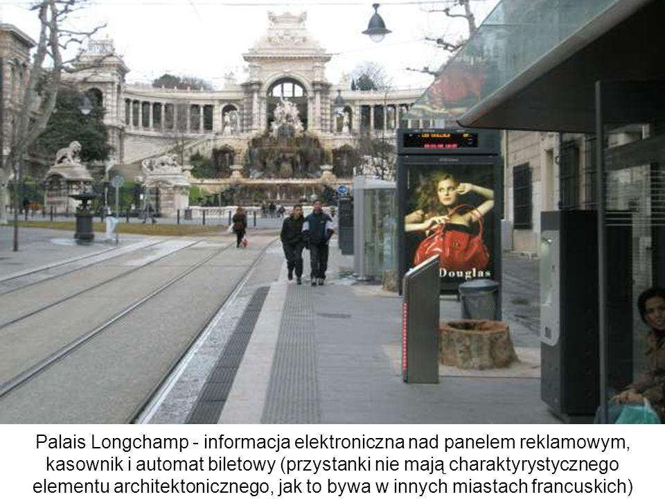 Palais Longchamp - informacja elektroniczna nad panelem reklamowym, kasownik i automat biletowy (przystanki nie mają charaktyrystycznego elementu arch