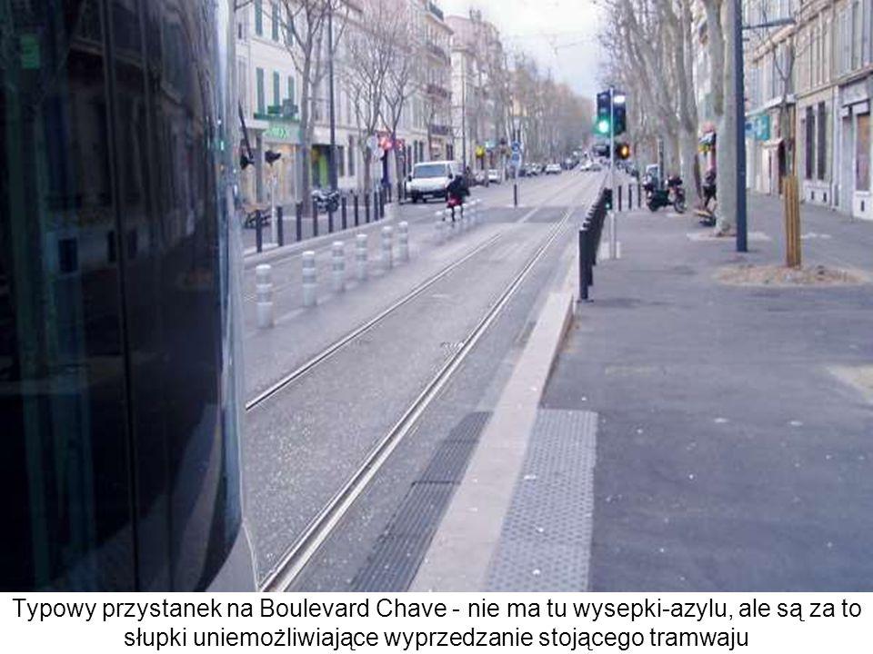 Typowy przystanek na Boulevard Chave - nie ma tu wysepki-azylu, ale są za to słupki uniemożliwiające wyprzedzanie stojącego tramwaju