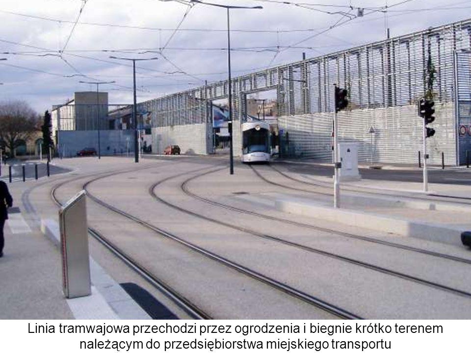 Linia tramwajowa przechodzi przez ogrodzenia i biegnie krótko terenem należącym do przedsiębiorstwa miejskiego transportu