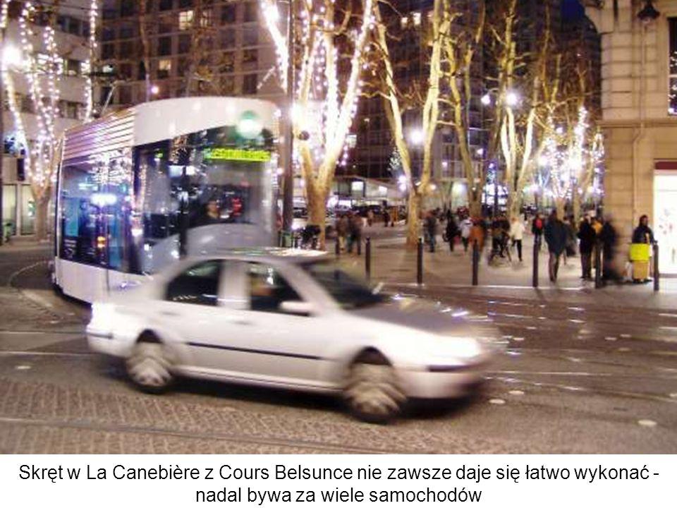 Skręt w La Canebière z Cours Belsunce nie zawsze daje się łatwo wykonać - nadal bywa za wiele samochodów