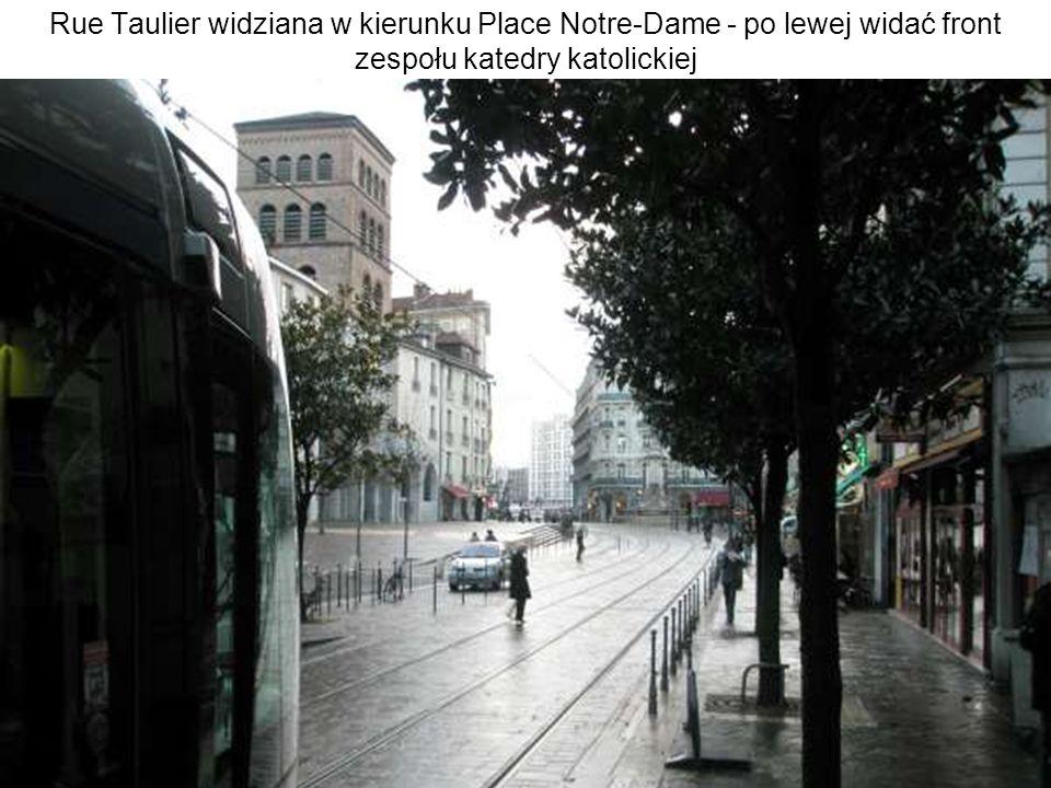 Rue Taulier widziana w kierunku Place Notre-Dame - po lewej widać front zespołu katedry katolickiej
