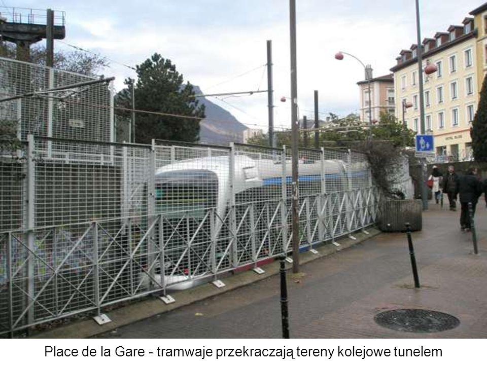 Place de la Gare - tramwaje przekraczają tereny kolejowe tunelem